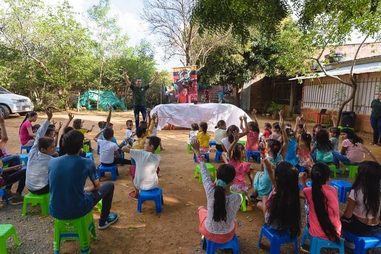 Pastor Yonarly Álvarez talks to the children before the distribution begins.