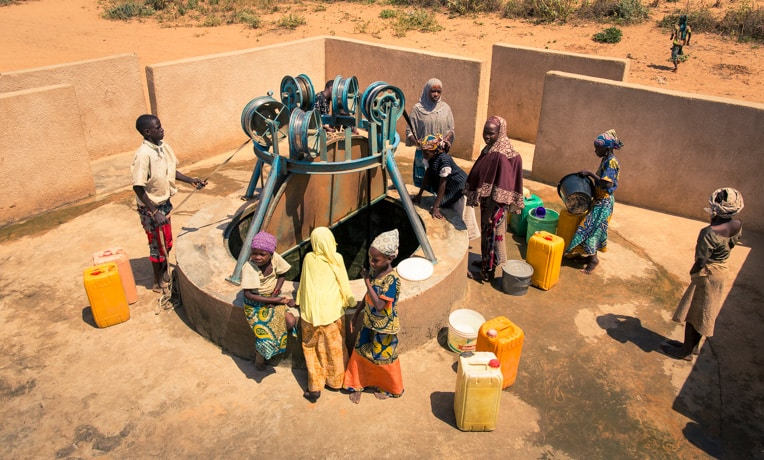 A community in Niger accesses a rehabilitated freshwater well